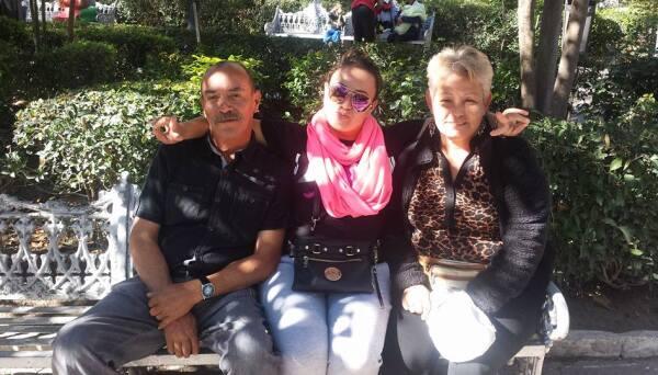 Monserrat con sus papás en Aguascalientes.