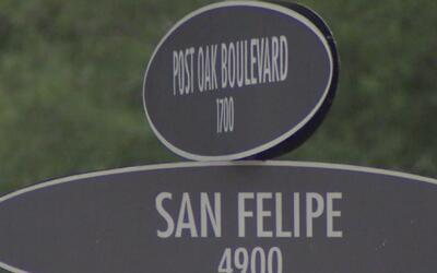 Cerrada la intersección del Bulevar Post Oak y la calle San Felipe debid...