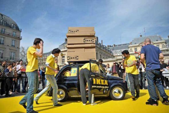Al final, los 14 jóvenes lograron acomodarse dentro del Fiat 500.