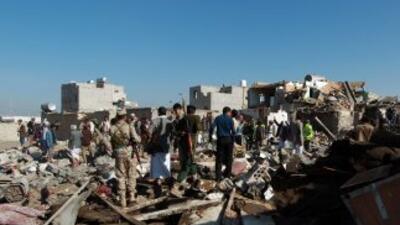 Rebeldes hutís y miembros de las fuerzas de seguridad leales al movimien...