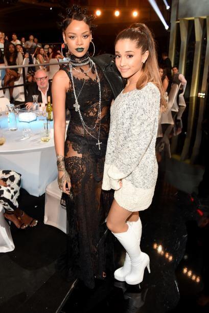 Rihanna y Ariana Grande lucieron muy felices tras bastidores.