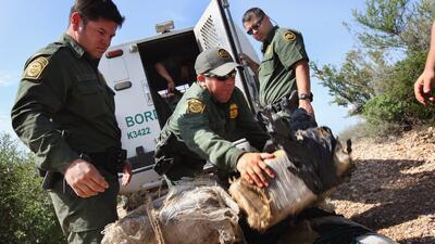 Agentes de la Patrulla Fronteriza decomisan un cargamento de marihuana q...