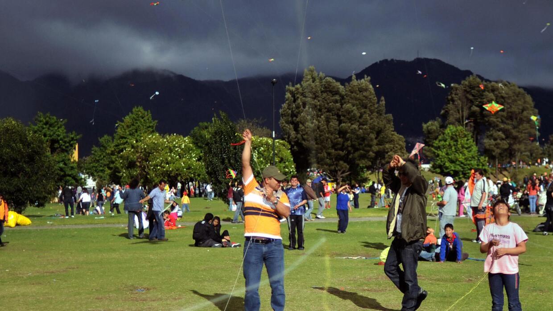 Gente en el parque Simón Bolivar, una de las áreas verdes más importante...
