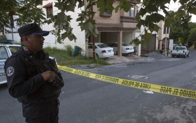 Policía mexicana en el exterior de la casa de la periodista Alici...