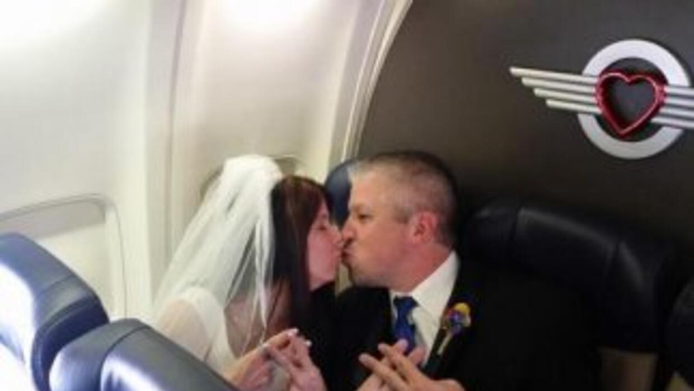 Una pareja se casa en pleno vuelo (Imágenes de Twitter)