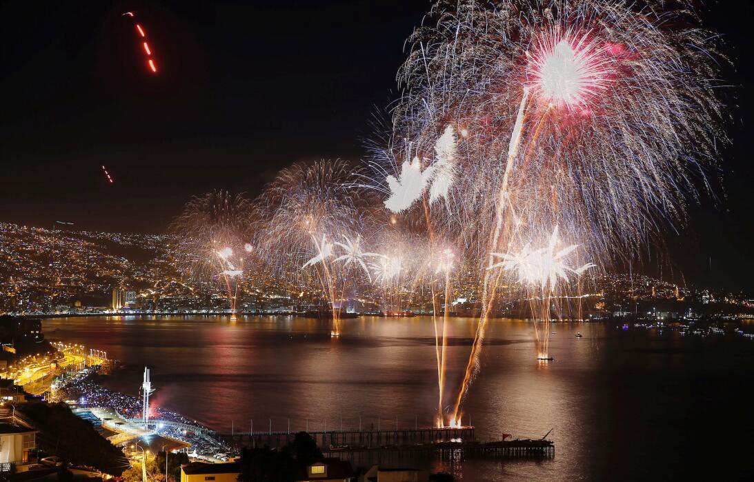 Colorido espectáculo en la bahía de Valparaíso, en Chile, para darle la...