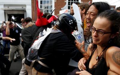 Varias mujeres forman parte de una barrera humana contra los supremacist...