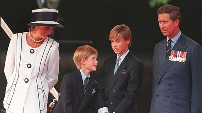 La vida del príncipe Harry en 12 fotos cargadas de ternura, conflicto y amor