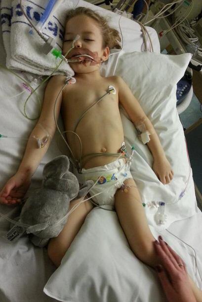 La pequeña está sometida a un tratamiento muy fuerte de quimio en el que...