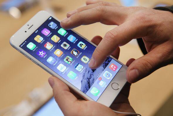 Un comprador prueba el nuevo iPhone 6 en el primer día de ventas en Alem...