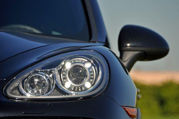 El nuevo 'look' de la Cayenne Turbo 2011 incluye faros delanteros con te...