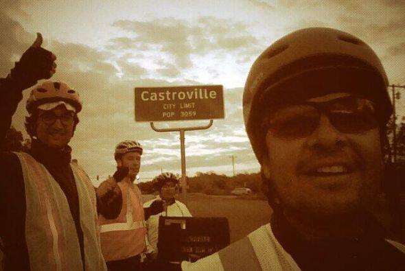 Junto a Gutiérrez hay otros tres ciclistas. Son una familia dispu...