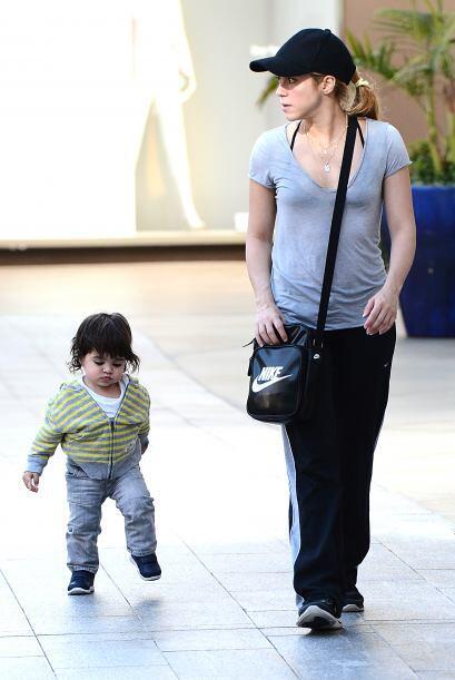 La cantante paseaba con el encantador Milan que ya camina solito. Más vi...