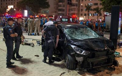 Un automóvil atropellóa los transeúntes que se enco...