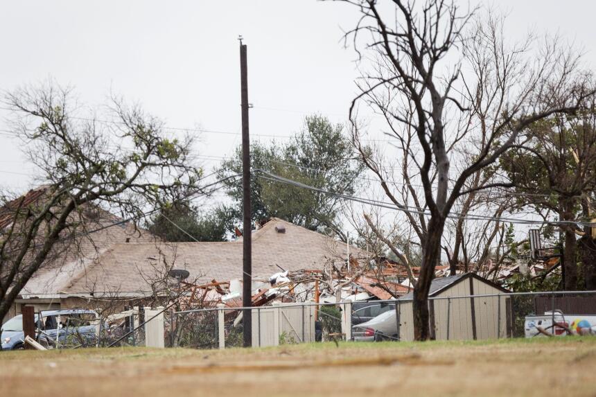 Tornados dejan una docena de muertos en Texas GettyImages-502601412_mast...