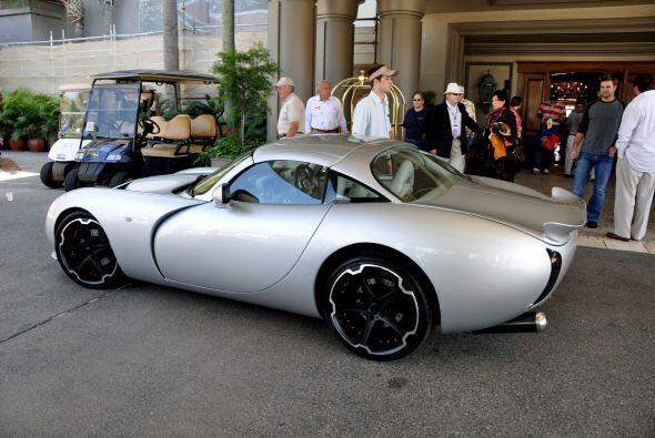 De perfil, son los enormes arcos de las ruedas, el diseño de los rines y...