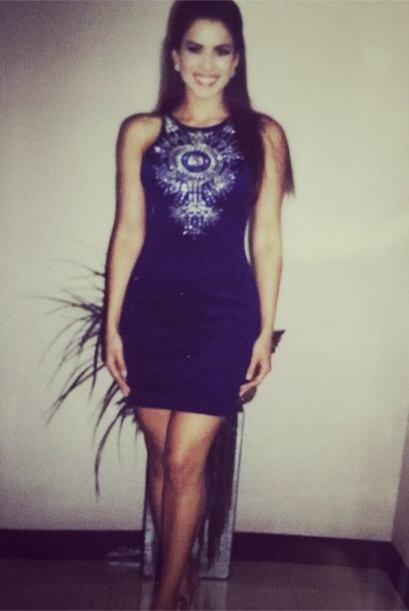 Espectacular vestido negro con pedrería en el pecho, para resaltar su be...