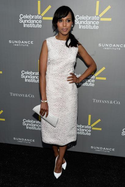 Todo combina a la perfección con el vestido blanco con una textur...