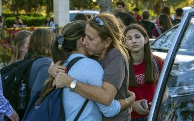 Estudiantes se reúnen con sus padres y familiares tras el tiroteo...