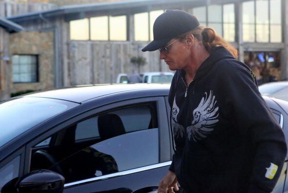 Bruce Jenner salió otra vez por su cafecito mañanero...