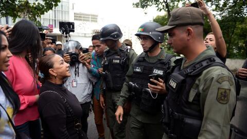 Aura Pérez (izquierda), tía del expolicía rebelde Óscar Pérez habla con...