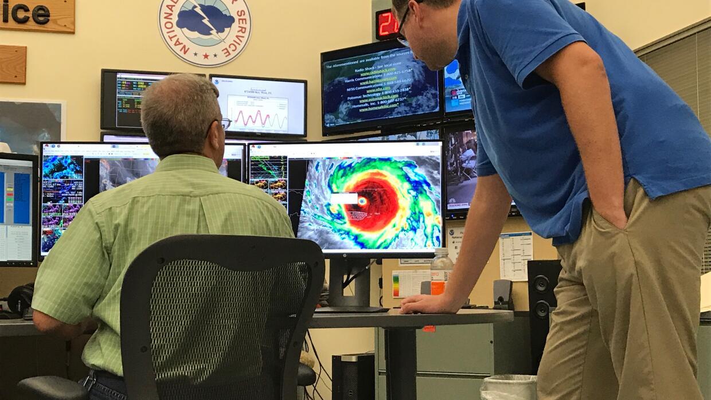 Los meteorólogos Stephen Chesser y Brandon Fling repasan la traye...