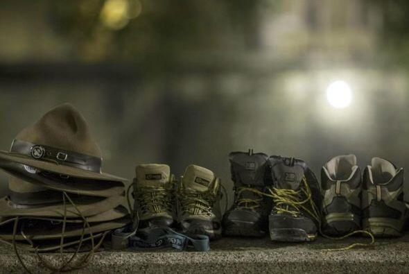 Sombreros y zapatos bien ordenados mientras la gente se prepara para pas...