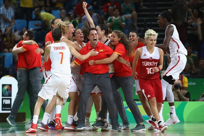 En el baloncesto femenil España vence 64-62 a Turquía con cesta de últim...