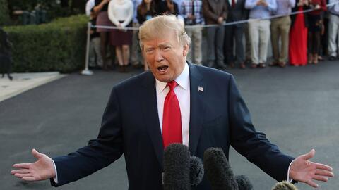 El presidente Donald Trump a la salida de la Casa Blanca rumbo a su gira...