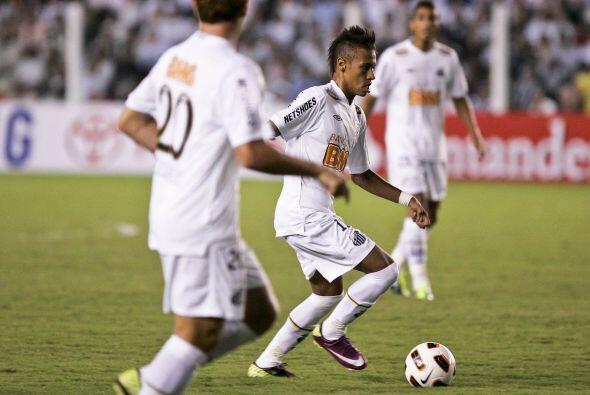 Neymar es considerado la nueva joya del fútbol brasileño, ha sido selecc...