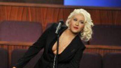 Christina Aguilera tuvo un percance mientras cantaba en el funeral de Et...