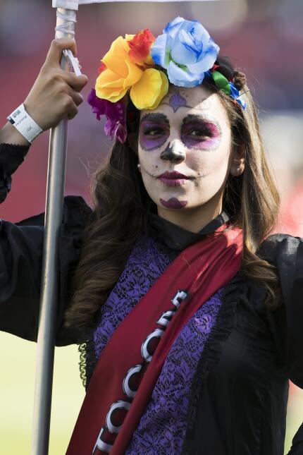 Los disfraces alusivos al Día de Muertos se hicieron presente entre las...