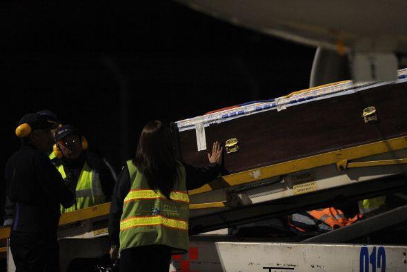 El féretro fue bajado del avión  para ser trasladado al campo de fútbol...