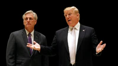 El presidente Trump junto al congresista Kevin McCarthy responde a pregu...