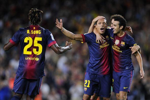 Adriano, que jugaba por la lateral izquierda, se incorporó al fre...