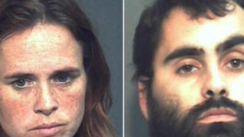 Ambos fueron arrestados el jueves bajo cargos de abuso infantil por obli...