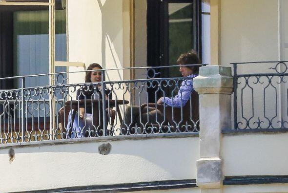 La pareja se relajó en el balcón de su cuarto de hotel.  A...