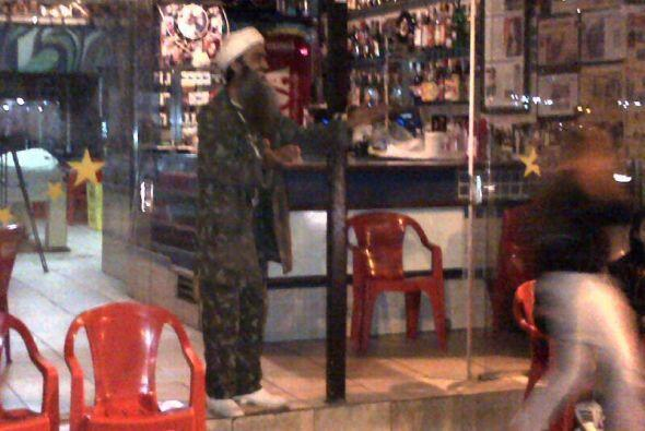 La policía llegó a su bar y al comprobar su identidad, se echaron a reír...
