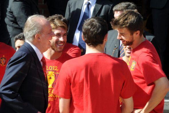 Juan Carlos   habla con los jugadores del equipo nacional de fútbol el 2...