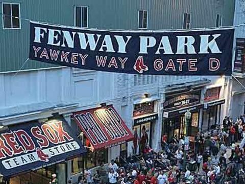 El tradicional Fenway Park dio la bienvenida a la temporada 2010 de las...
