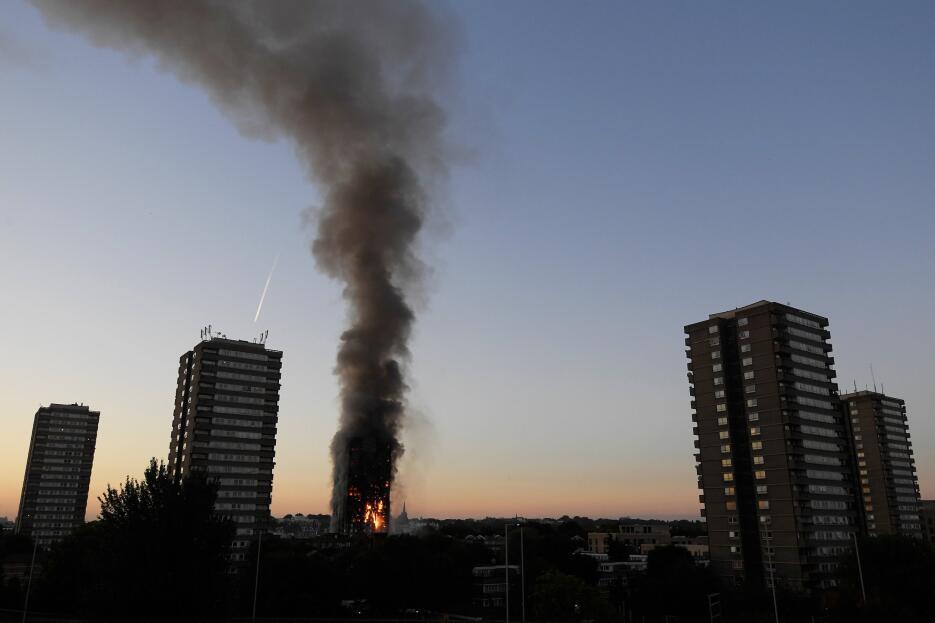 Así se percibe el incendio del edificio y la columna de humo en Londres