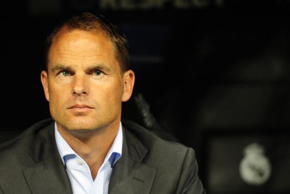 Frank De Boer, DT del Ajax, miraba preocupado porque su equipo no reacci...