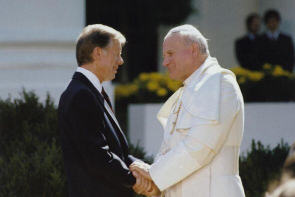 El presidente Jimmy Carter saluda al papa Juan Pablo II durante su visit...