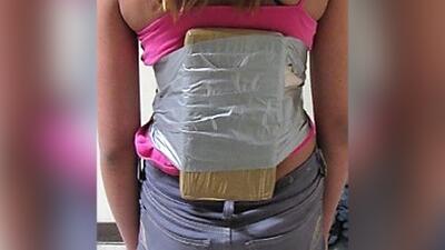 La menor de 12 años tenía pegada con cinta la droga en su torso.
