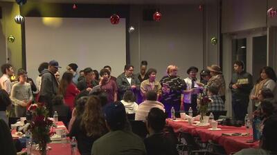 Organización entrega regalos de Navidad a jóvenes de la comunidad LGTBQ que han sido víctimas de acoso