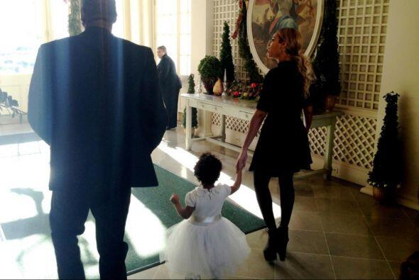Aquí está Beyonce y Jay Z caminando con la pequeña Blue Ivy dentro de la...