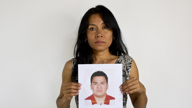 Adriana Bahena Cruz sostiene  una foto de su esposo, Saulo Rodríguez.