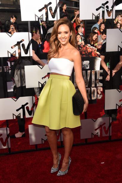 Jessica Alba con un vestido muy primaveral.   Mira aquí los videos más c...