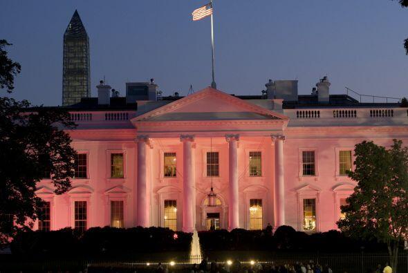 El inmueble se iluminó de rosa honrando el mes de concientización sobre...