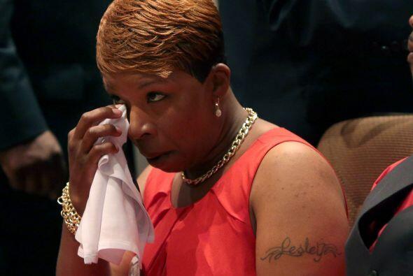 Lesley McSpadden no pudo contener las lágrimas en el funeral de su hijo...